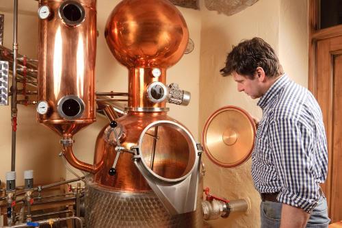 Kontrolle vor dem Destillieren in der Privatbrennerei Artner